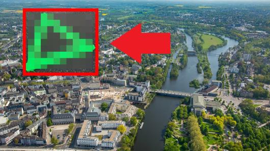 In Mülheim tauchen grüne Dreiecke überall auf. Das hat einen besonderes Grund.