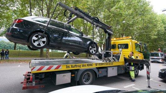 Die Polizei in Mülheim ließ am Samstag ein Auto abschleppen, doch plötzlich eskalierte die Situation. (Symbolbild)