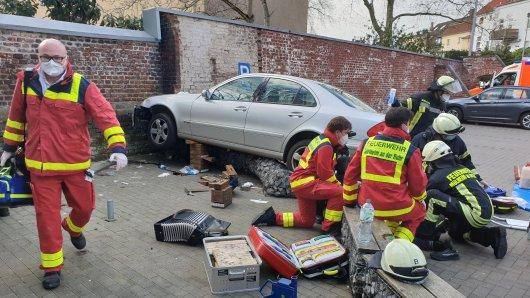 Rewe in Mülheim: Auf dem Parkplatz eines Rewe-Supermarktes hat es einen schweren Unfall gegeben.