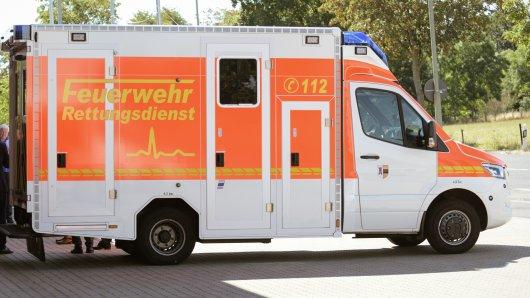 Ein Mann musste mit schweren Verletzungen ins Krankenhaus gebracht werden. (Symbolbild)
