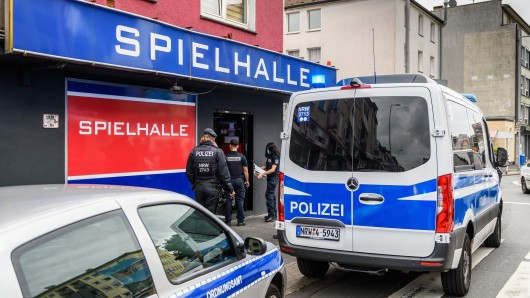 Polizei und Ordnungsamt durchsuchen mit einem Großaufgebot Wettbüros und Shisha-Bars in Mülheim an der Ruhr.