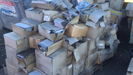 Massenhaft Platten wurden offenbar illegal entsorgt.
