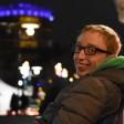 David Patrick (22) am Centro in Oberhausen. Der Gasometer leuchtet im Hintergrund in die Nacht.