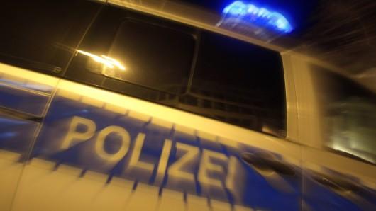 In der Silvesternacht gab es mehrere Polizeieinsätze in Oberhausen. Unter anderem wegen 16 Schlägereien und einem ausgebrannten Auto. (Symbolbild)