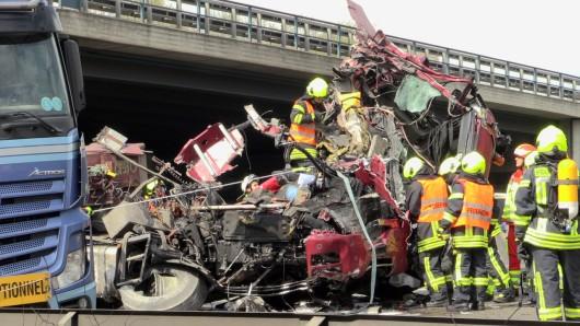 Das Führerhaus des Unfallverursachers wurde regelrecht zerfetzt.