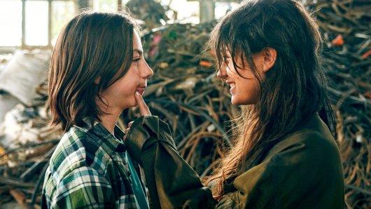 """""""Isa"""" auf der Müllhalle mit ihrem neuen Freund in der Romanverfilmung  """"Tschick"""": Der Film von Faith Akin lief 2016 in den deutschen Kinos."""