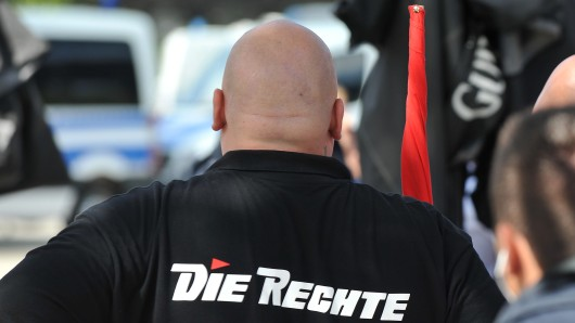 """Aktivisten der Partei """"Die Rechte"""" verteilten Flyer mit dem Aufruf: """"Volksaufstand Jetzt!"""" (Symbolbild)"""