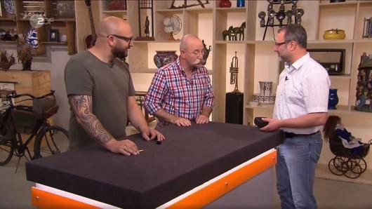 Sven Deutschmanek, Horst Lichter und Ralf Scholten begutachten die Uhr.