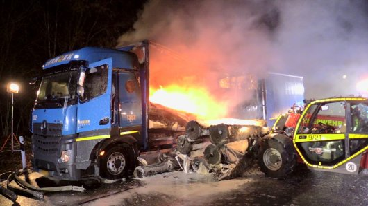 Auf der A3 bei Ratingen stand ein mit Teppich beladener Lkw in Flammen.