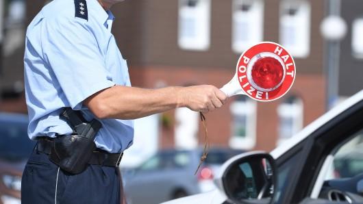 Im Rahmen einer Kontrolle achteten die Einsatzkräfte der Polizei auf ein ganz bestimmtes Fehlverhalten von Autofahrern. (Symbolfoto)