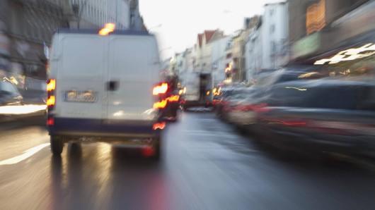 In Oberhausen fand ein Passant völlig verstörte Hundewelpen in einem Transporter. (Symbolfoto)