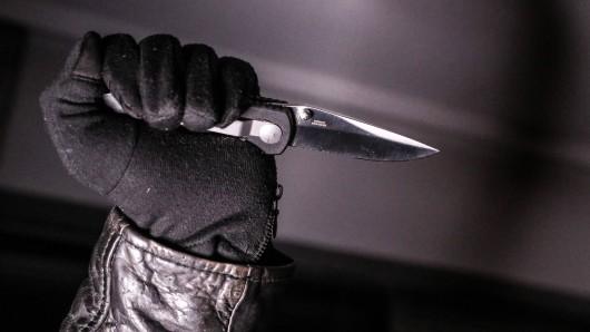 In Oberhausen wurden am Samstagmorgen ein 21-Jähriger mit einem Messer angegriffen. (Symbolfoto)