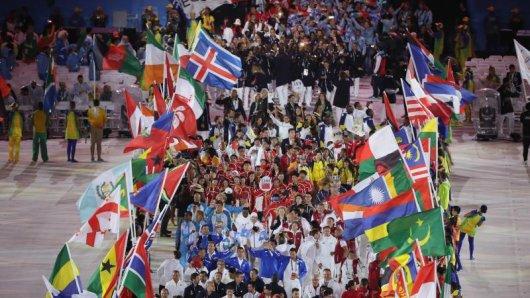 Die Sportler marschieren bei der Abschlussfeier noch einmal ins Maracana.