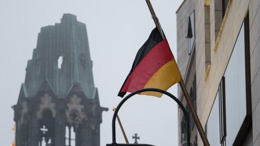 Deutschland-Flagge in Berlin auf Halbmast. Auch in NRW herrscht heute Trauerbeflaggung.