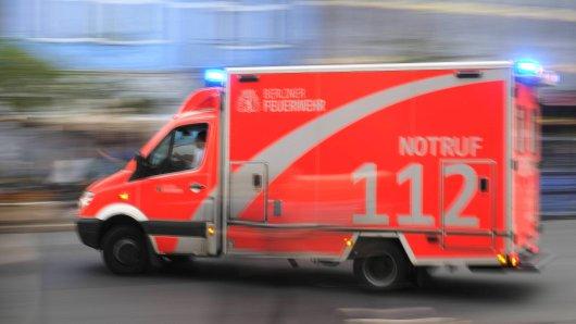 Rettungswagen (RTW) der Berliner Feuerwehr bei einer Einsatzfahrt Rettungswagen der Berliner Feuerwehr Ambulance RTW the Berlin Fire brigade at a Use ride Ambulance the Berlin Fire brigade
