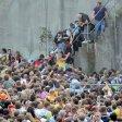 ARCHIV - Kurz vor dem Unglück bei der Loveparade am 24.07.2010 stehen Menschen dicht gedrängt an einem Tunnelausgang in Duisburg (Nordrhein-Westfalen). Das Gericht hat nun erste Termine ab Dezember 2017 für den Strafprozess vorgeschlagen. (zu dpa/lnw Gericht will Loveparade-Prozess Anfang Dezember starten vom 07.06.2017) Foto: Daniel Naupold/dpa +++(c) dpa - Bildfunk+++