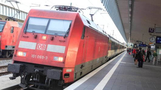 Weil sein Anschlusszug vor seinen Augen wegfuhr, rastete ein Mann (41) aus und schubste einen Bahnmitarbeiter.