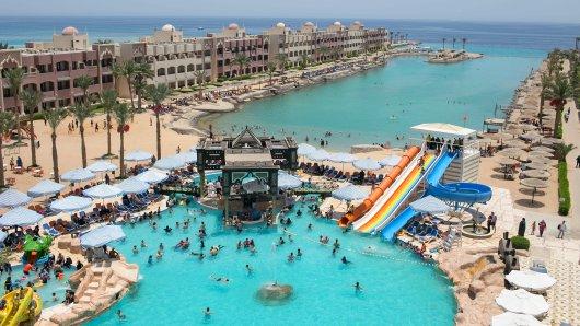 dpatopbilder - Blick auf die Hotelanlagen in Hurghada, Ägypten, am 15.07.2017, an deren Strand (im Bild oben r und oben M) ein Attentäter am 14.07.2017 mehrere Urlauber mit dem Messer attackierte. Bei der Messerattacke im ägyptischen Urlaubsort Hurghada am Roten Meer sind zwei deutsche Frauen getötet worden. Außerdem habe der Angreifer bei der Bluttat am Strand einer Hotelanlage vier weitere Menschen verletzt, bei denen es sich ebenfalls um Ausländer handele, teilte der staatliche ägyptische Informationsdienst (SIS) mit. Foto: Christina Rizk/dpa +++(c) dpa - Bildfunk+++