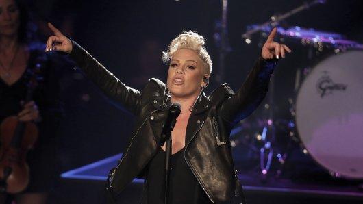 ARCHIV- Sängerin Pink steht im Halbfinale der Sat.1-Castingshow Voice of Germany am 10.12.2017 in Berlin auf der Bühne. (zu dpa Pink singt Nationalhymne beim Super Bowl vom 08.01.2018) Foto: Jörg Carstensen/dpa +++(c) dpa - Bildfunk+++
