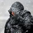 ARCHIV - Eine Passantin zieht sich am 06.12.2013 in Potsdam (Brandenburg) wegen des Schneesturms die Kapuze ihrer Jacke ins Gesicht. Wenn es kalt ist, versucht der Körper sich mit Tricks warm zu halten - etwa mit Gänsehaut und Zähneklappern. Foto: Ralf Hirschberger/dpa-Zentralbild/dpa +++(c) dpa - Nachrichten für Kinder+++