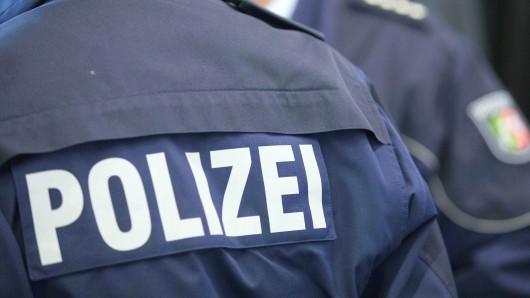 ARCHIV - ILLUSTRATION- 27.11.2014, Nordrhein-Westfalen, Münster: Zwei Polizisten stehen in Münster. Polizisten in Nordrhein-Westfalen sehen sich im Einsatz vermehrt tätlichen Angriffen ausgesetzt. Im Durchschnitt werde alle halbe Stunde eine Beamtin oder ein Beamter im Dienst attackiert, teilte die Polizeigewerkschaft am Donnerstag mit. Foto: Friso Gentsch/dpa +++ dpa-Bildfunk +++