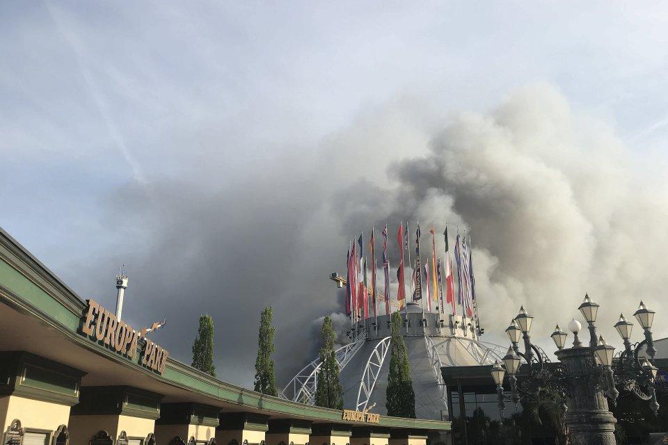 Laut der Feuerwehr war das Feuer in einer Lagerhalle von Deutschlands größtem Freizeitpark ausgebrochen.