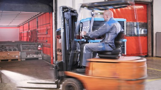 Fork-lift driver loading lorry model released Symbolfoto property released PUBLICATIONxINxGERxSUIxAUTxHUNxONLY CVF00112