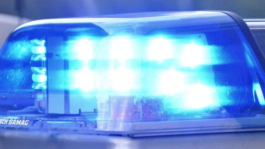 Blaulicht, Rundumkennleuchte (RKL), Rundumleuchte, Kennleuchte oder Warnleuchte an einem Fahrzeug der Polizei, aufgenommen am 26.04.2018 in Köln *** Blue light rotating beacon RKL beacon Beacon or warning light on a police vehicle recorded on 26 04 2018 in Cologne