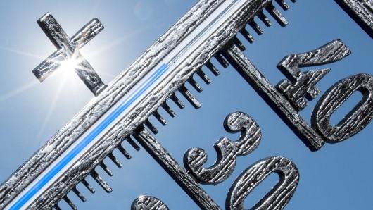 ARCHIV - 29.05.2017, Baden-Württemberg, Freiburg: 35 Grad zeigt ein Thermometer vor dem Münster. (zu dpa Sommer beginnt nun auch im Kalender - bleibt es heiß? vom 20.06.2018) Foto: Patrick Seeger/dpa +++ dpa-Bildfunk +++