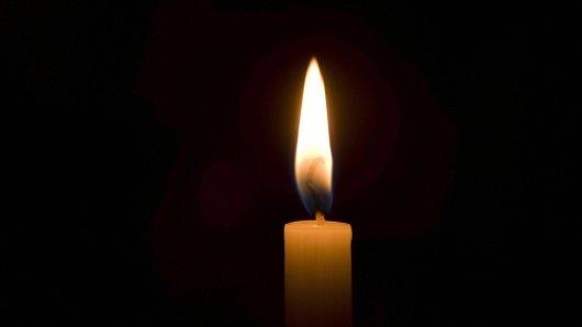 brennende Kerze - burning candle BLWX092026 Copyright: xblickwinkel/McPhotox/FotoxBegsteigerx Burning Candle Burning Candle Copyright xblickwinkel McPHOTOx FotoxBegsteigerx