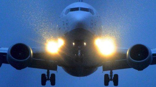 ARCHIV - 28.01.2010, Nordrhein-Westfalen, Düsseldorf: Ein Flugzeug der Lufthansa landet am Flughafen in Düsseldorf. (zu dpa: Piloten von Lasern geblendet - Täter schwer zu fassen vom 02.09.2018) Foto: Julian Stratenschulte/dpa +++ dpa-Bildfunk +++