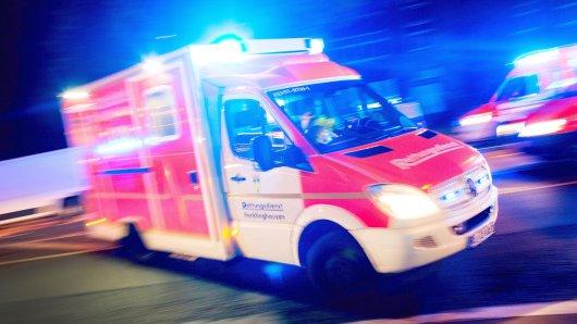 ARCHIV - ARCHIV - ILLUSTRATION - 17.10.2015, Nordrhein-Westfalen, Recklinghausen: Ein Rettungswagen fährt mit Blaulicht durch eine Straße (Aufnahme mit langer Belichtungszeit). In Berlin beginnt ein Prozess gegen einen 23-Jährigen, der Rettungskräfte behindert haben soll. Foto: Marcel Kusch/dpa +++ dpa-Bildfunk +++