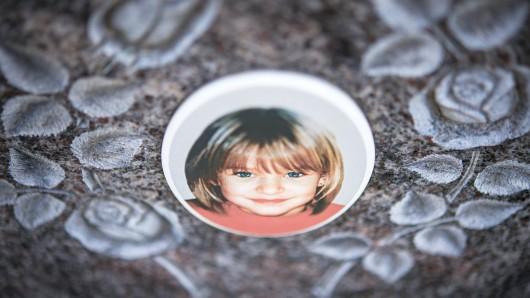 ARCHIV - 25.04.2013, Bayern, Nordhalben: Ein Gedenkstein mit dem Porträt des Mädchens Peggy auf dem Friedhof. Auch ein abschließendes Gutachten zu einer DNA-Verbindung zwischen dem Mordfall Peggy und dem NSU-Mitglied Uwe Böhnhardt hat den genauen Übertragungsweg nicht klären können. (zu dpa Polizeieinsatz im Fall Peggy aufgrund neuer Erkenntnisse am 13.09.2018) Foto: David-Wolfgang Ebener/dpa +++ dpa-Bildfunk +++