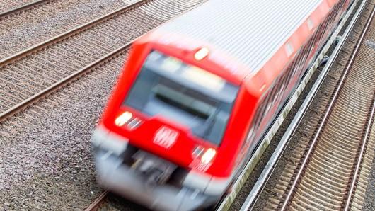 Drei Jugendliche wurden vor eine S-Bahn geschubst. Zwei von ihnen starben. (Symbolbild)