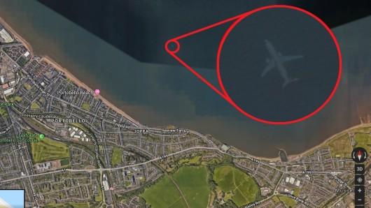 Auf Google Maps scheint ein Flugzeug vor der Küste Edinburghs im Meer zu schwimmen.