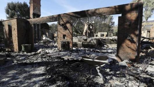 """Die ausgebrannten Überreste des Anwesens des deutschen Fernsehmoderators Thomas Gottschalk. Die tödlichsten Feuer in der Geschichte des Bundesstaats wüten weiter durch Kalifornien. Weiterhin gelten sowohl das """"Camp""""-Feuer bei Paradise als auch das """"Woolsey""""-Feuer nahe Malibu als nur zu einem kleinen Teil eingedämmt."""