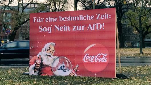 Ein Anti-AfD-Plakat ganz nach der Aufmachung von Coca-Cola stand vor der Berliner Parteizentrale der AfD.