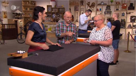 """Bei """"Bares für Rares im ZDF erhoffte sich Ingrid Riemann  für zwei Uhrenketten ihres Vaters 40 Euro."""