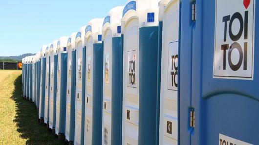 """Bei den bekannten Festival-Toiletten macht sich der scheinbare männliche """"Vorteil"""" oft bemerkbar. Kontakt zu den oft verdreckten Innenräumen kann problemlos vermieden werden. (Symbolfoto)"""