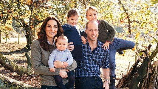 Die royalen Weihnachtskarten vom Kensington Palace werden dieses Jahr mit diesem Foto geschmückt. Es strahlen Prinz William mit seiner Frau Herzogin Kate und den drei Kindern Prinz Louis (l), Prinzessin Charlotte (M) und Prinz George (r).
