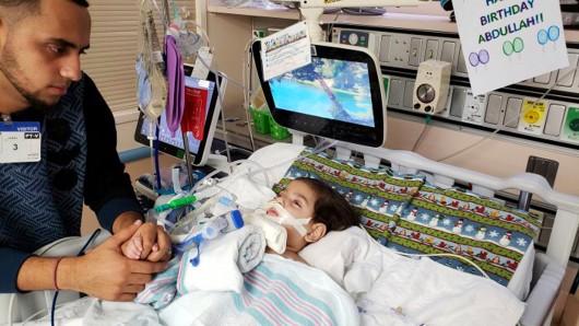 Ali Hassan (l) mit seinem todkranken Sohn Abdullah in einem Krankenhaus in Sacramento. Nach langem Kampf um ein Visum durfte eine Jemenitin in die USA einreisen, um ihren todkranken Sohn wohl ein letztes Mal zu besuchen.