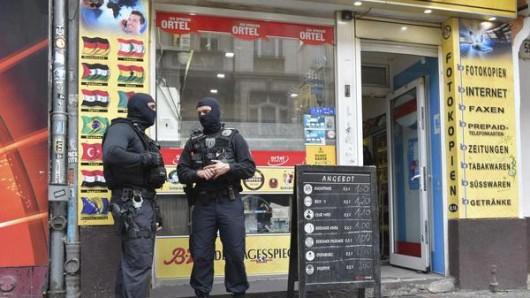 Einsatzkräfte der Polizei standen im September 2018 vor einem Kiosk im Stadtteil Neukölln. Die Polizei ist erneut gegen kriminelle arabische Großfamilien vorgegangen. (Archivbild)