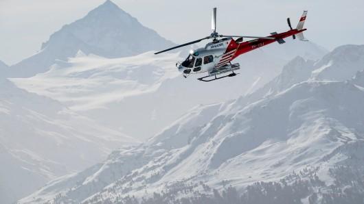 Da die Zufahrtsstraße derzeit gesperrt ist, können die Rettungskräfte nur mit einem Hubschrauber in das Gebiet vordringen. (Symbolfoto)