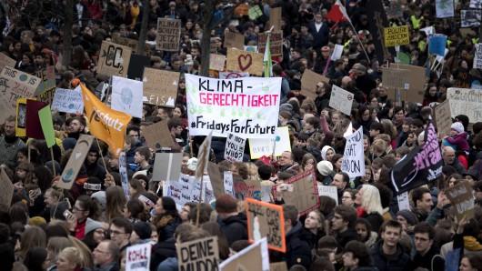 Jeden Freitag versammeln sich Tausende Schüler, um für einen besseren Umgang mit dem Klima zu kämpfen – denn am Ende sind sie die Opfer der globalen Erderwärmung.