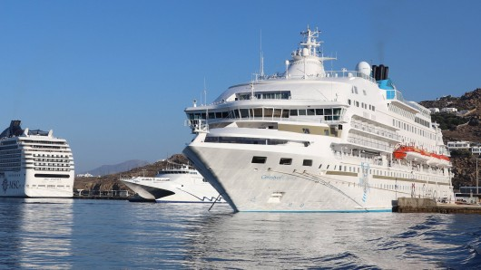 Tausende Touristen kommen jeden Tag per Kreuzfahrtschiff in Santorin an. (Symbolbild)