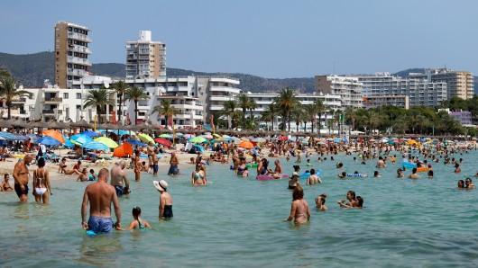 Einheimische beschweren sich immer wieder über den Party-Tourismus auf Mallorca. Nun gehen sie entschieden gegen Lärm und Müll vor.