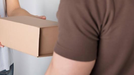 Ein Ehepaar bekommt von seinen Söhnen eine Kiste. Als die Eltern sie öffnen, können sie nicht glauben, was sie sehen.