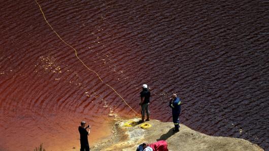 In einem künstlich angelegten See suchen Taucher der Polizei nach den Leichen von vermissten Frauen. Der mutmaßliche Serienmörder soll die Frauen nach den Morden in Koffern verpackt und dann in Schächten einer verlassenen Erzgrube und anderen Teilen der Insel versteckt haben.