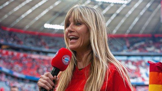 Heidi Klum im Trikot des FC Bayern München.