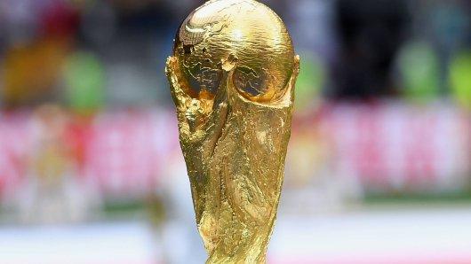 Bei der WM 2022 in Katar spielen nun doch nur 32 Mannschaften um den WM-Pokal.